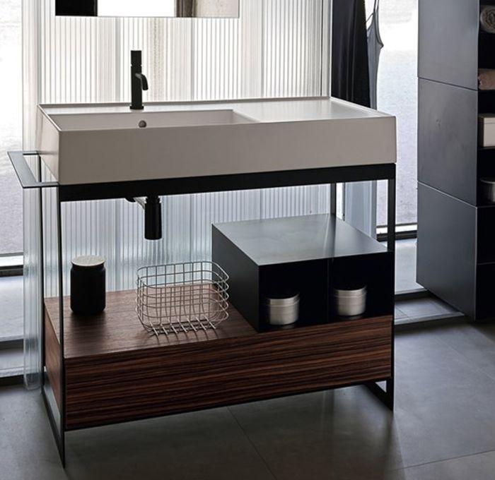 Mobile da bagno con ripiani in metallo e piano in legno della collezione Solid di Scarabeo