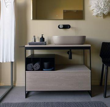 Mobile bagno con ripiani in metallo e contenitore in legno L100 della collezione Solid di Scarabeo